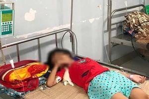 Bé gái 11 tuổi nguy kịch vì người bán nước ở cổng trường đưa nhầm chai axit
