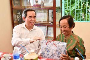 Trưởng Ban Kinh tế Trung ương thăm, tặng quà Mẹ Việt Nam anh hùng tỉnh Bến Tre