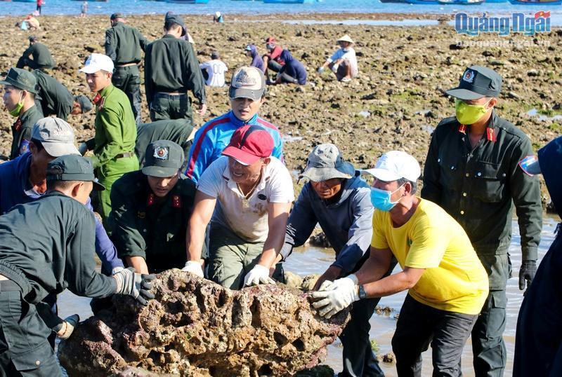 Đem sức trẻ tình nguyện giúp dân gia cố kè chắn sóng