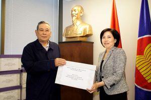Chính phủ trao khẩu trang giúp bà con Việt kiều Canada vượt COVID-19