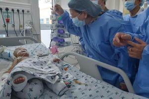Phó Chủ tịch nước Đặng Thị Ngọc Thịnh thăm 2 bé sau phẫu thuật tách rời