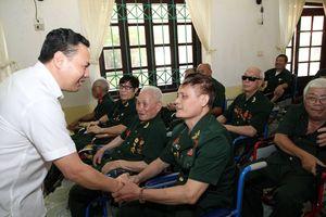 Thứ trưởng Lê Văn Thanh thăm, tặng quà các thương binh, bệnh binh