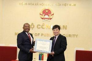 Bộ Công an trao tặng khẩu trang cho các cơ quan thực thi pháp luật Nam Phi
