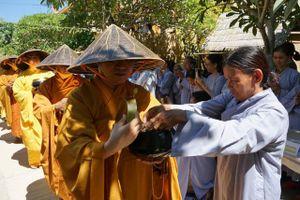 Đà Nẵng : Chư Tăng trì bình khất thực