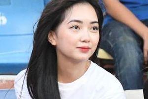 Bạn gái Hà Đức Chinh đến sân cổ vũ trận Viettel gặp Đà Nẵng: Nhan sắc 'không giống hình đăng Face'