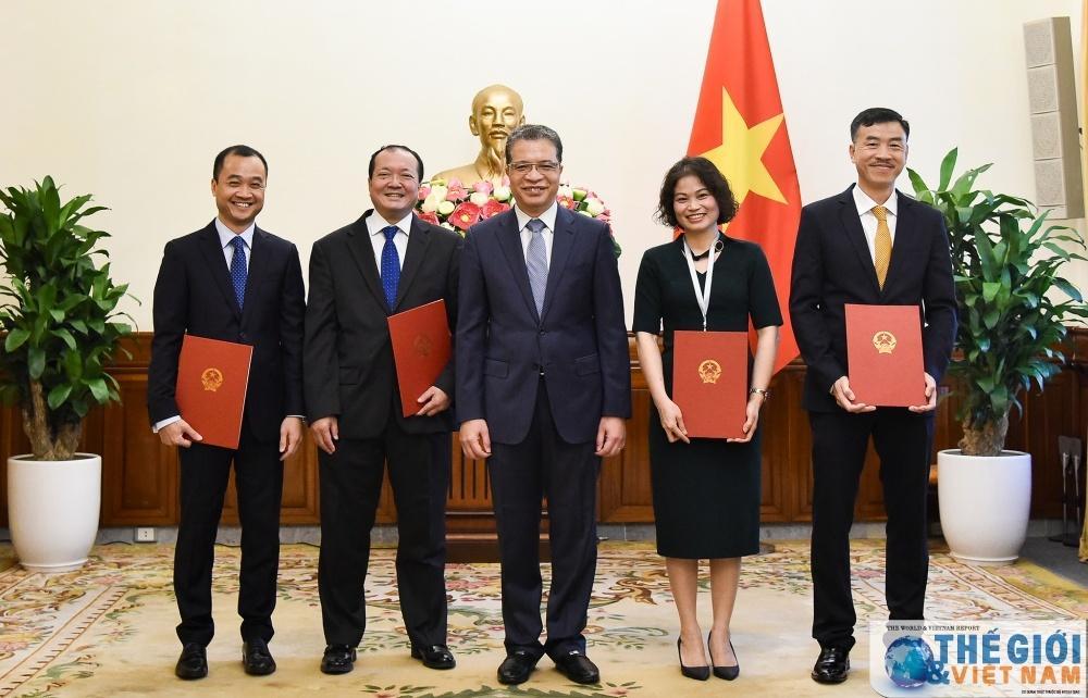 Thứ trưởng Ngoại giao Đặng Minh Khôi trao quyết định điều động, bổ nhiệm cán bộ cấp Vụ