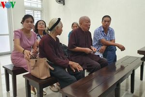 Vụ con dâu 'khai tử' bố mẹ chồng: Hoãn phiên tòa vì bị đơn cáo ốm