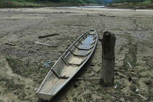 Hạn hán kéo dài, hồ thủy điện ở Nghệ An cạn trơ đáy