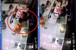 Người đàn ông bị tố đánh nữ nhân viên bể bơi chung cư khai gì?