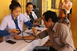 Ngành Quân Y thăm, khám bệnh và tặng quà cho bà con vùng biên giới Bình Phước
