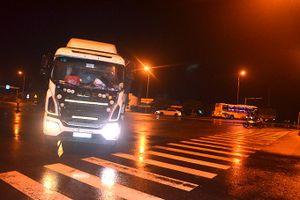Xe khách và xe tải tông nhau, 2 người bị thương