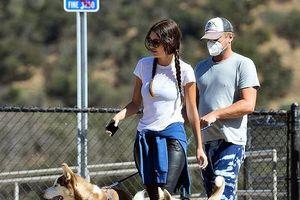 Leonardo DiCaprio và bạn gái dắt thú cưng đi dạo sau ồn ào muốn kết hôn