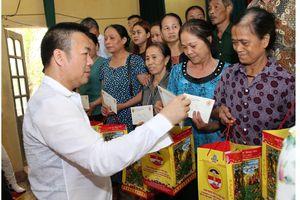 Doanh nhân Mẫn Ngọc Anh tặng quà gia đình chính sách, người có công với cách mạng