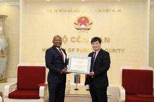Bộ Công an trao tặng khẩu trang cho 2 cơ quan thực thi pháp luật Nam Phi