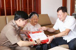 Đắk Lắk: Bí thư Tỉnh ủy thăm tặng quà cho người có công và gia đình chính sách