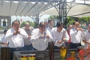 Phó Thủ tướng thường trực Chính phủ Trương Hòa Bình và Bộ trưởng Đào Ngọc Dung tri ân anh hùng, liệt sĩ tại Quảng Trị