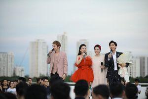Minh Xù, Hải Yến song ca ăn ý với Tăng Phúc trong live concert trên sân thượng