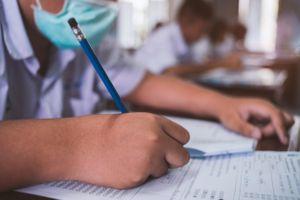 Hai học sinh Mỹ mắc Covid-19 sau khi làm bài thi tại trường