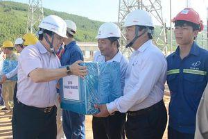 Chủ tịch CMSC thăm, tặng quà đơn vị thi công sân phân phối 500 kV Trung tâm Điện lực Quảng Trạch