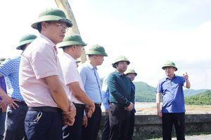 Phó Bí thư Thường trực Tỉnh ủy Ngô Hoàng Ngân kiểm tra tình hình cung cấp nước của hồ Yên Lập