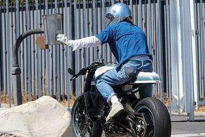 Brad Pitt lái xe mô tô cực ngầu đến nhà vợ cũ Angelina Jolie