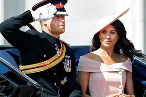 Hoàng gia Anh 'nóng mắt' với thời trang của Meghan Markle từ trước khi về làm dâu