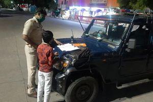 Cảnh sát Ấn Độ dạy học trên đường
