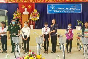 Trao tặng xe đạp cho nữ học sinh nghèo nơi biên giới