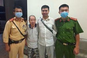 Cụ ông 90 tuổi lạc giữa Hà Nội được CSGT tìm người thân đưa về nhà