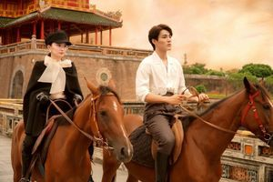 Kaity Nguyễn cưỡi ngựa cùng chàng trai lạ tại Huế