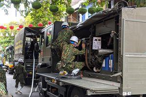 Quân đội hỗ trợ phun thuốc khử trùng khu phố cổ Hội An