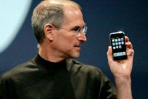 Điều kì lạ Steve Jobs làm khi giới thiệu iPhone đầu tiên khiến ai cũng bật cười