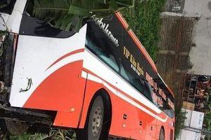 Xe ô tô giường nằm bị lật ở Phú Thọ