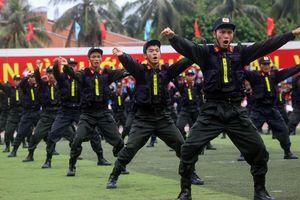 Màn đồng diễn võ thuật của 300 chiến sĩ cảnh sát cơ động