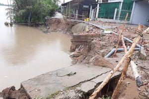 Hàng trăm căn nhà ở miền Tây bị sập và tốc mái