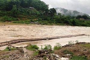 Nước cuốn đứt cầu, ngập đập ở huyện Quan Sơn