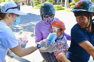 Ninh Thuận: Phát hàng ngàn khẩu trang y tế miễn phí cho người dân
