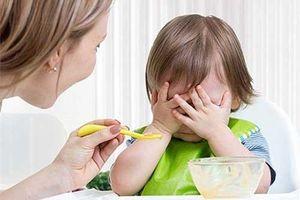 Nuôi mãi con không lớn lại còn biếng ăn, mẹ hãy xem ngay có phạm phải những sai lầm này không?