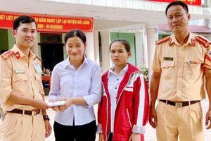 Khen thưởng 2 nữ sinh làm việc tốt