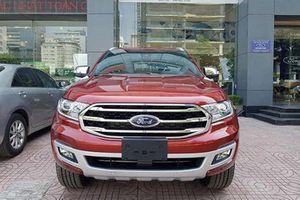Ford Everest giảm giá 200 triệu tại Việt Nam để xả hàng