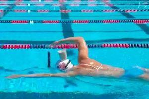'Kình ngư' người Mỹ bơi siêu đỉnh với cốc sữa trên đầu!
