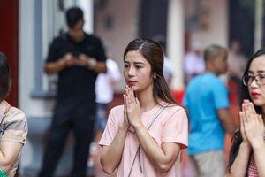Hà Nội: Người dân 'quên' đeo khẩu trang khi đi lễ phủ ngày rằm
