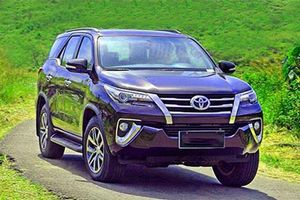Toyota Fortuner giảm giá mạnh đón phiên bản mới, 'đe' Hyundai Santa Fe, Ford Everest