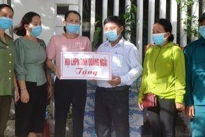 Cán bộ Hội LHPN tỉnh Quảng Ngãi quyên góp hỗ trợ người dân khu vực cách ly vì Covid-19