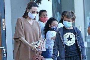 Angelina Jolie lộ vóc dáng gầy gò khi đi mua sắm cùng con trai cưng