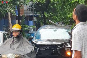 Thanh thép từ tòa nhà trên phố Hàng Vôi rơi xuyên thủng ô tô