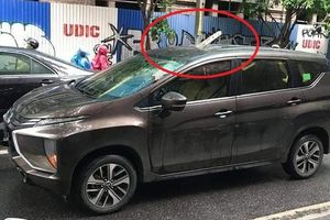 Thanh sắt dài 2m rơi từ công trình xây dựng đâm thủng nóc ô tô trên phố Hà Nội