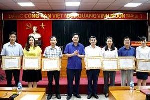 Khen thưởng các cá nhân trong tổ chức Cuộc thi tìm hiểu truyền thống ngành Tuyên giáo