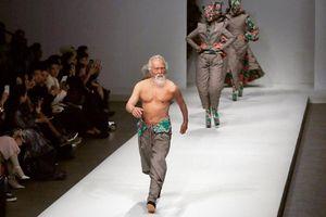 Ông lão Trung Quốc 80 tuổi cởi trần catwalk