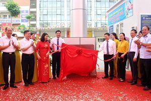 Hoàng Mai gắn biển 2 công trình trường tiểu học chào mừng Đại hội Đảng bộ quận